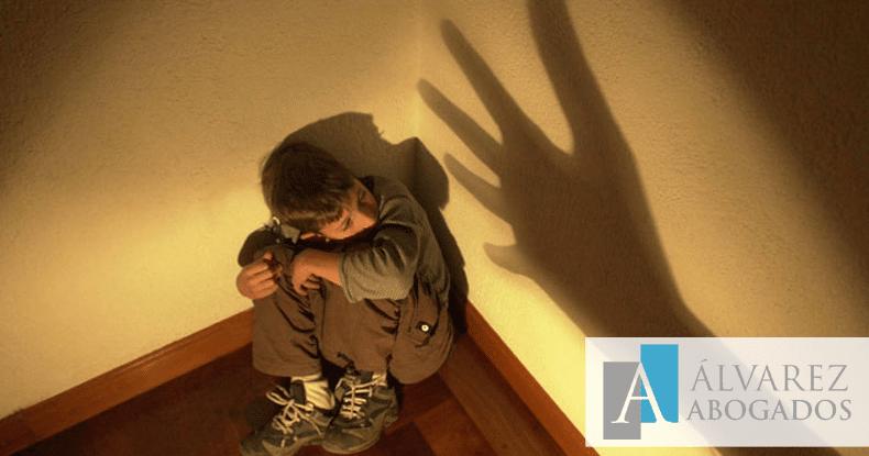 Maltrato emocional menores judicialización conflicto familiar
