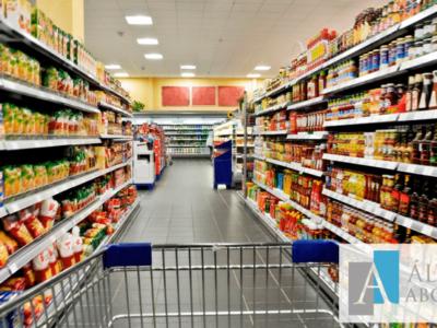 Indemnización lesiones tras resbalar entrada supermercado